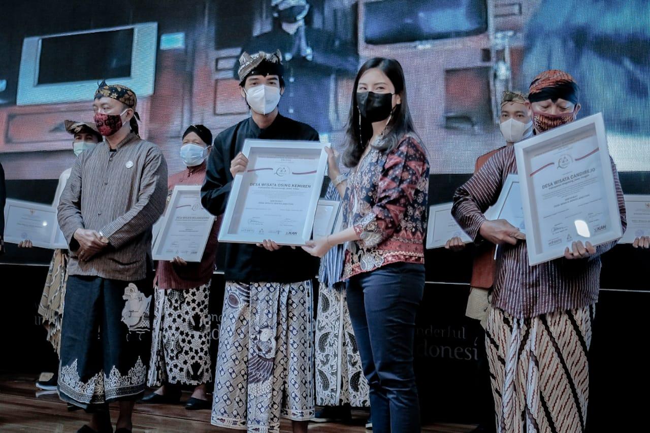 Ketua Pokdarwis menerima sertifikasi Desa Kemiren