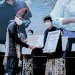 Penerimaan sertifikasi dilakukan oleh ketua Pokdarwis Kemiren